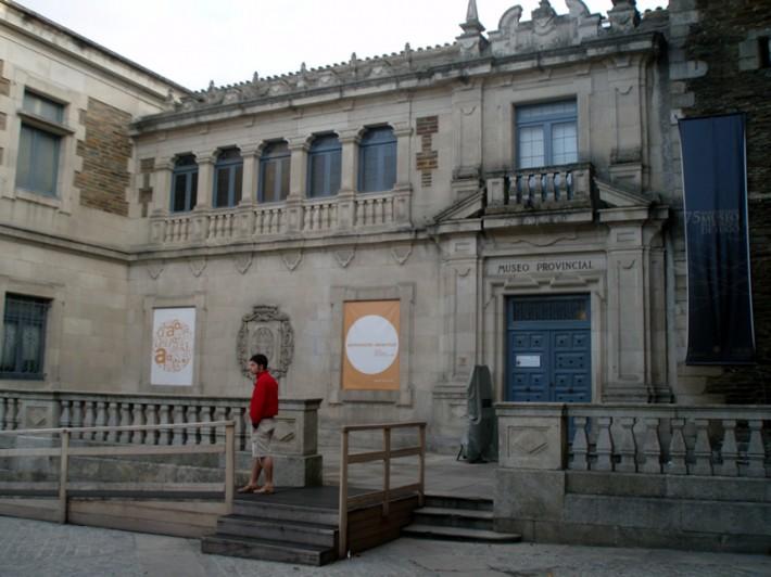 Fachada_principal_del_Museo_Provincial_de_Lugo,_adosado_a_la_Iglesia_de_San_Pedro